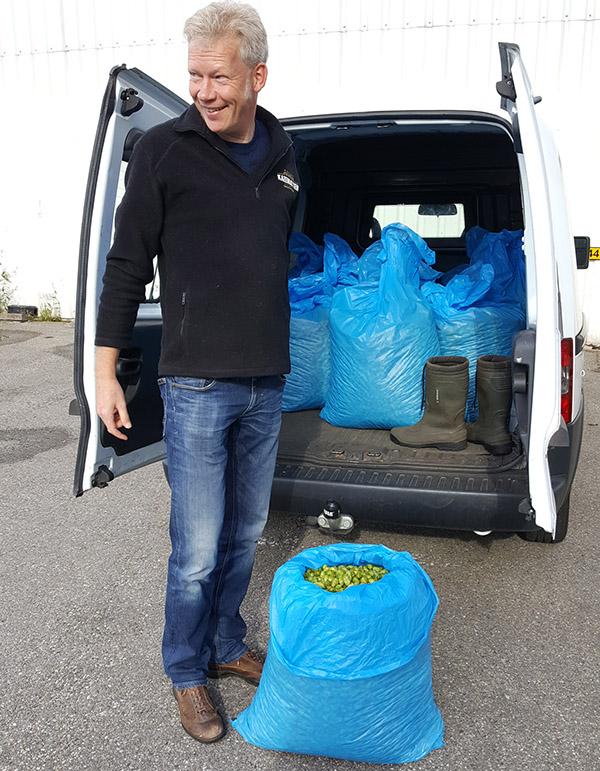 Henk arriveert met een auto vol zakken met hop bij De Molen