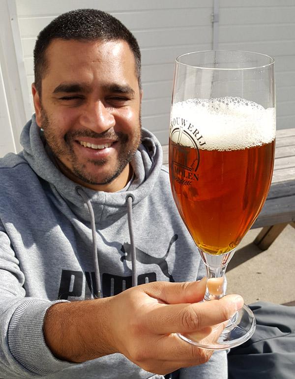 Hop crew member Carlo Zaffora met een glas Fresh Hop under construction